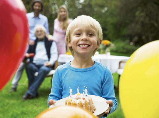 Foto: Ein Kind mit Kuchen auf einem Teller