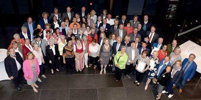 Alle Geehrten auf einen Blick: Landrat Christoph Göbel ehrte im Bürgerhaus Unterföhring 30 Einzelpersonen und sechs Gruppen für ihr Engagement im sozialen Bereich.