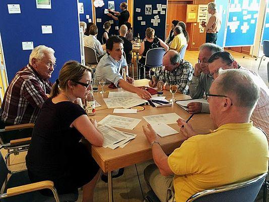 Foto: Die Workhop-Teilnehmer disktutieren in Gruppen intensiv das Thema Mobilität.