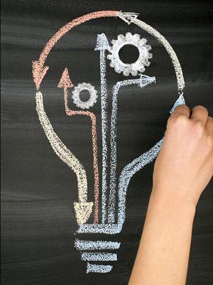Foto: Hand malt Glühbirne auf Tafel