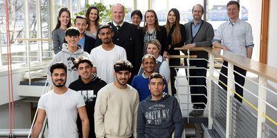 Foto: Bereiteten sich auf die Ausbildungsplatzsuche vor: Acht der Projektteilnehmer zusammen mit Landrat Christoph Göbel und Fachkräften des Jobcenters und des Jugendamts, die das Projekt organisiert hatten.