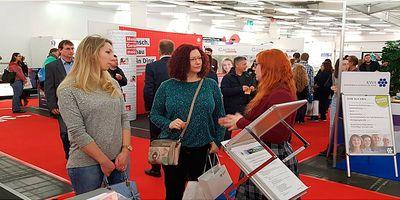 Foto: Besucherinnen am Stand des Landratsamts München auf der Jobmesse