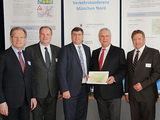 Foto: (v.l.): Die Landräte Josef Hauner (Freising), Christoph Göbel (München), Stefan Löwl (Dachau), Staatsminister Joachim Herrmann und Dr. Herbert Grebenc (BMW Group)