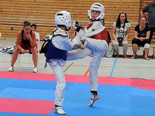 Zwei Taekwondo-Sportler beim Kampf.