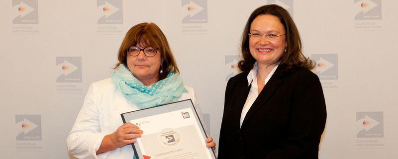 Gabriele Mahl (li), Fachbereichsleiterin Personal, nimmt für das Landratsamt München in Berlin die Auszeichnung von Bundesarbeitsministerin Andrea Nahles in Empfang.
