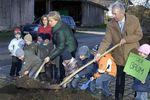 Foto: Neupflanzung eines Ahornbaumes am 9. November 2010 in Baierbrunn
