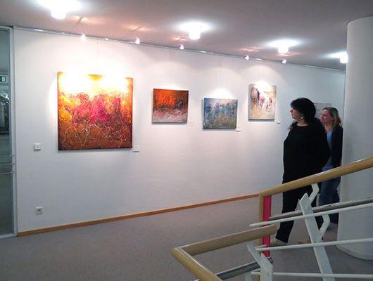 Foto: Verkürzen die Wartezeit: Die farbenprächtigen Gemälde von Borchu Bawaa sind noch bis 19. Mai im Landratsamt zu sehen.