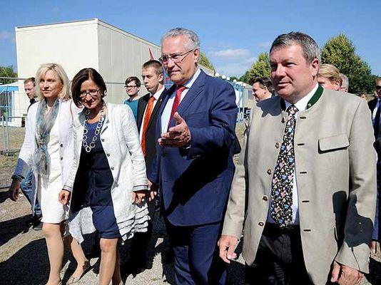 Foto: Minister vor Traglufthalle