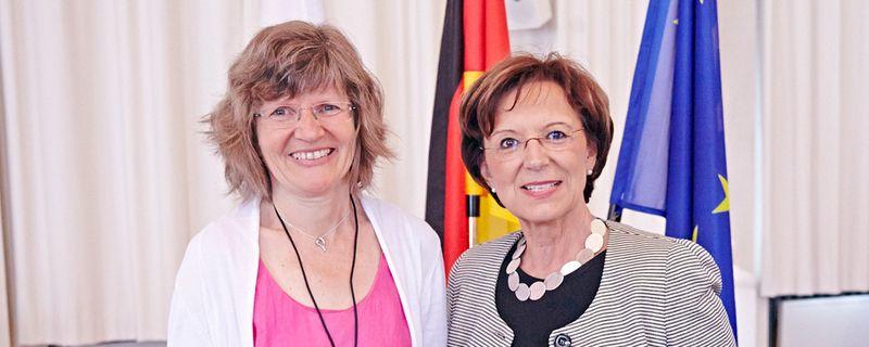 Staatsministerin Emilia Müller (re.) hat das hohe gemeinnützige Engagement von Regine Zille mit der Bayerischen Staatsmedaille für soziale besondere Verdienste gewürdigt. Foto: StMAS