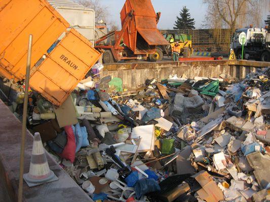 Foto: Ein Müllauto entleert Sperrmüll in eine Grube