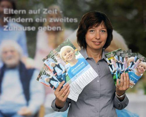 Foto: Birgit Voß mit Flyern und Plakaten