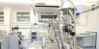 Modernste Analysegeräte für die Forschung an Sensoroberflächen beim Projektpartner Universität der Bundeswehr München.