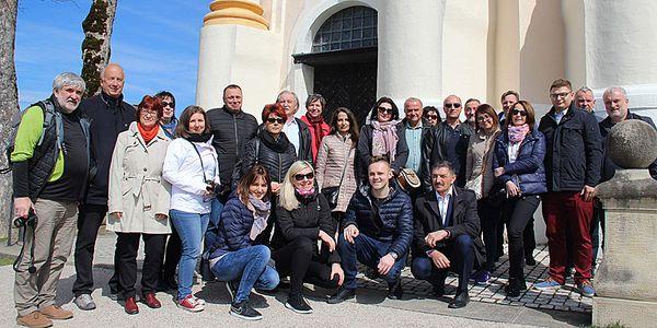 Foto: die Delegation aus dem Partnerlandkreis Wieliczka, hier vor der Wieskirche in Steingaden.