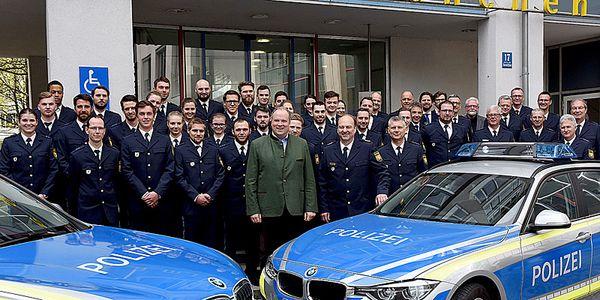 Foto: Landrat Christoph Göbel und Polizeipräsident Hubertus Andrä (vorne Mitte) mit den neuen Polizeikräften im Landkreis München sowie Mitarbeiterinnen und Mitarbeitern aus dem Landratsamt.