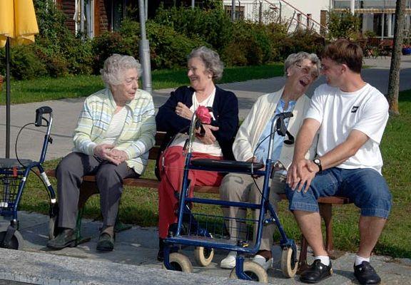 Foto: Senioren mit Rollator auf einer Parkbank