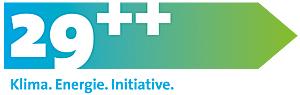 Foto: Ein nach rechts zeigender Pfeil, dessen Farbe von blau nach grün wechselt, darin eine weiße 29 sowie zwei weiße Plus-Zeichen und darunter die Worte Klima. Energie. Initiative. stellen das Logo der neuen Energieinitiative im Landkreis München dar.