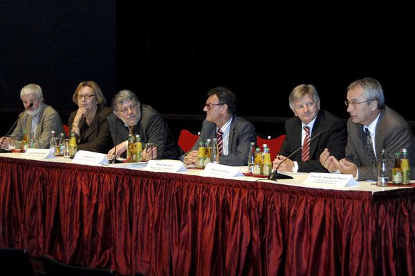 Foto: Podium mit den Diskussionsteilnehmern