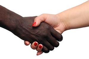 Foto: Zwei Menschen geben sich die Hände