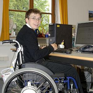 Foto: Eine Frau im Rollstuhl