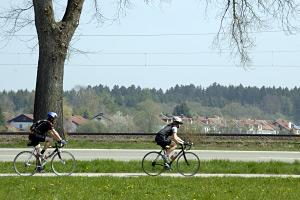 Foto: Zwei Radfahrer mit Helm