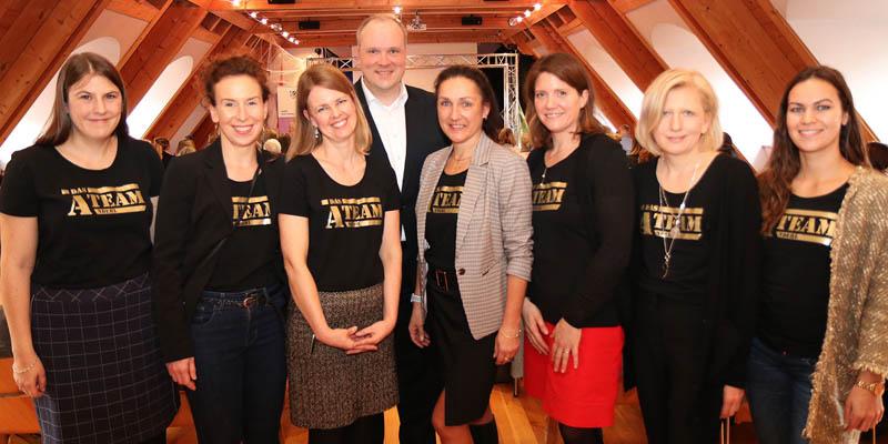Das Team AndErl, (v.l.n.r.) Marie-Christine Buchberger, Cornelia Fink, Sabine Büeler, Yvonne Grießhammer, Simone Schönmeyer, Anna Riedel und Corinna Weyer, mit Landrat Christoph Göbel.