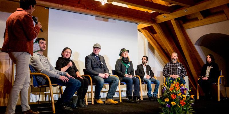 """Foto: Podiumsgespräch zwischen Arbeitnehmern und Arbeitgebern im Rahmen der Auftaktveranstaltung """"VARIabel""""."""