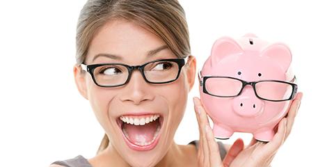 Foto: Frau mit Brille und Sparschein
