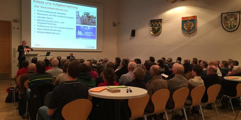 Foto: Dr. Ralf Kaulen vom Stadt- und Verkehrsplanungsbüro Kaulen erläutert dem Publikum die Machbarkeitsstudie.