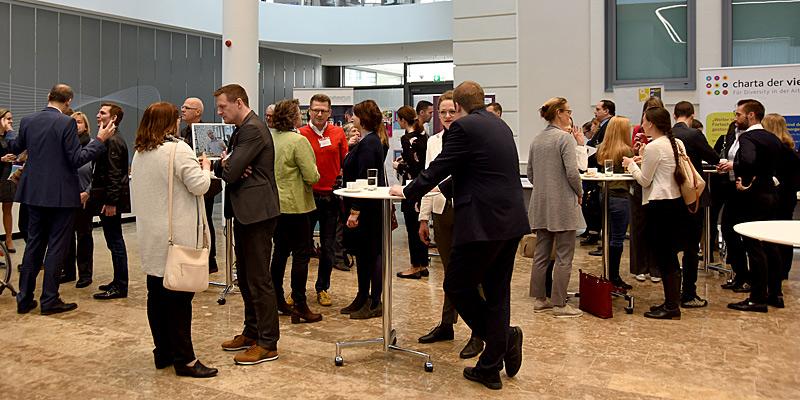 Foto: Zahlreiche neue Kontakte wurden während des Marketplaces an den Infoständen der Interessensvertretungen und Verbände geknüpft.