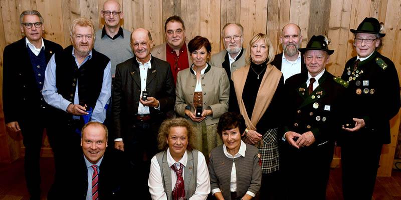 Insgesamt 17 Landkreisbürgerinnen und -bürger wurden für ihr langjähriges ehrenamtliches Engagement in den Sport- und Schützenvereinen ausgezeichnet. 13 davon konnten am 26. November 2019 in Arget ihre Ehrung persönlich von Landrat Christoph Göbel (vordere Reihe, kniend) entgegennehmen.