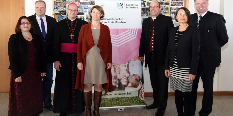 Foto: Personen, die den Familienstützpunkt im Landkreis München eröffneten.