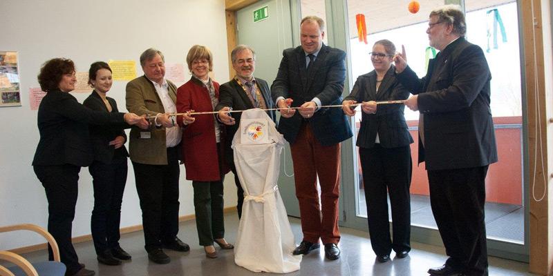 Foto: Symbolischer Akt zur Eröffnung: Der zweite Familienstützpunkt im Landkreis München hat in Schäftlarn seinen Betreib aufgenommen.