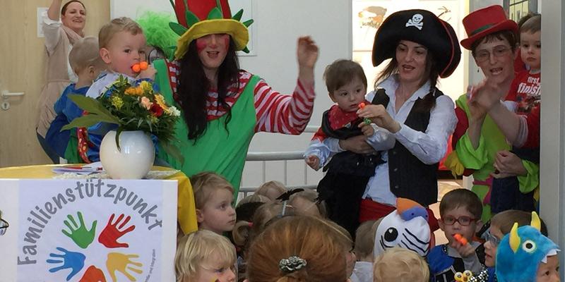 """Foto: Fröhlicher Auftakt: Die Kinder des Kinderparks stimmten die Festgäste nicht nur auf den """"unsinnigen Donnerstag"""" ein."""