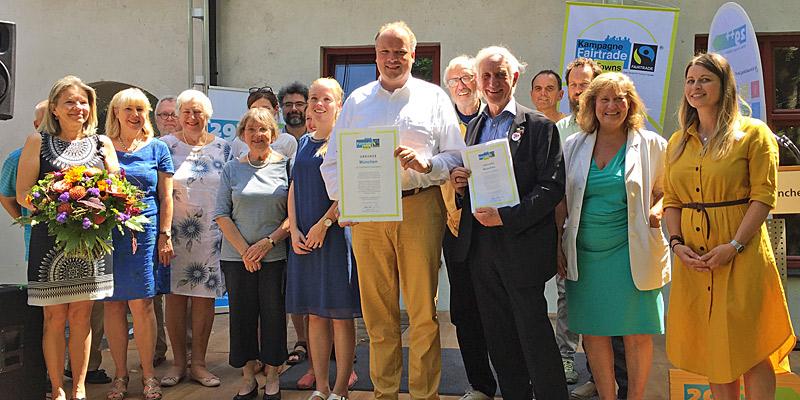 Foto: Landrat Christoph Göbel (4. v. r.) und Manfred Holz, Ehrenbotschafter und Gründungsmitglied des Vereins TransFair e. V., inmitten der Mitglieder Steuerungsgruppe Fairtrade, die die Zertifizierung im letzten Jahr vorangetrieben hat.