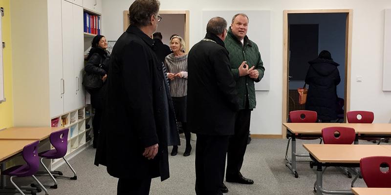 Foto: Im Anschluss an die offizielle Eröffnung konnten sich die Gäste bei einer Führung einen Eindruck der neuen Schule machen. Hier im Bild: einer der Klassenräume.
