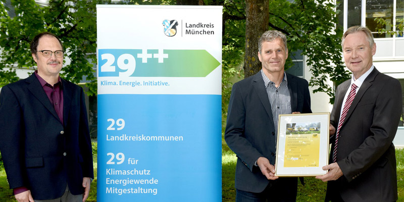 Von links: Hans Schmölz, Sachgebietsleiter Medienzentrum, und Bernhard Moosbauer, Leiter des Referates IuK und Serviceeinrichtungen im Landratsamt, erhielten von Post-Vertriebsleiter Lothar Karney die Teilnehmerkurkunde am GoGreen-Programm.
