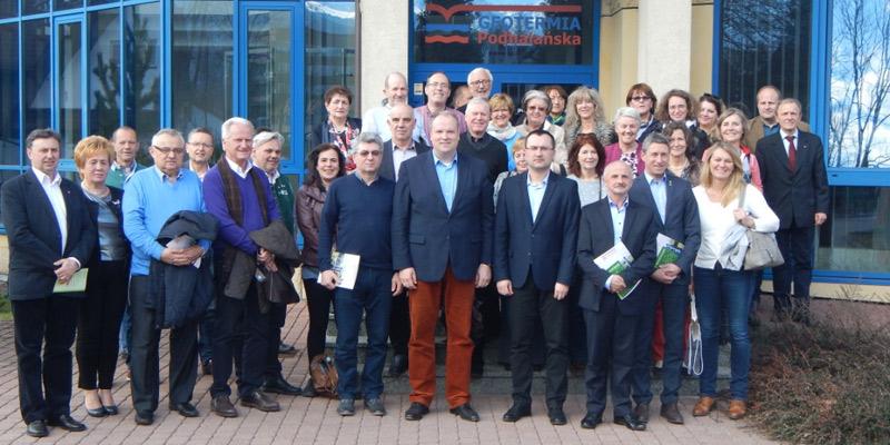Foto: Die deutschen und polnischen Partner vor dem Hauptsitz der Geothermieanlage Podhale in Zakopane.