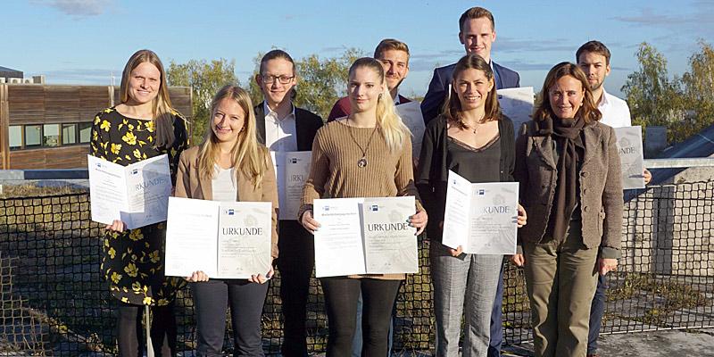 Foto: © IHK / Ursula Fritzmeier, stellvertretende Vorsitzender des IHK-Regional-ausschusses München Land (1. Reihe ganz rechts) gratuliert den besten Absolventen aus dem Landkreis.