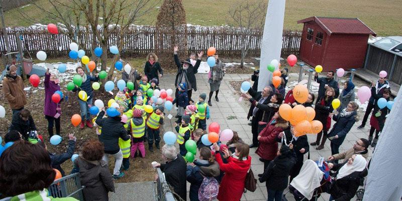 Foto: Beliebtester Programmpunkt bei den Kindern: Luftballons steigen lassen.