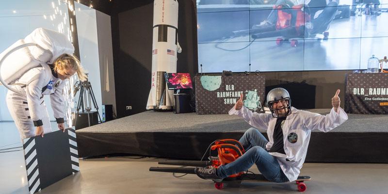 Die eigentlich für Kinder konzipierte Raumfahrtshow des Deutschen Zentrums für Luft- und Raumfahrt kam auch beim erwachsenen Publikum gut an.