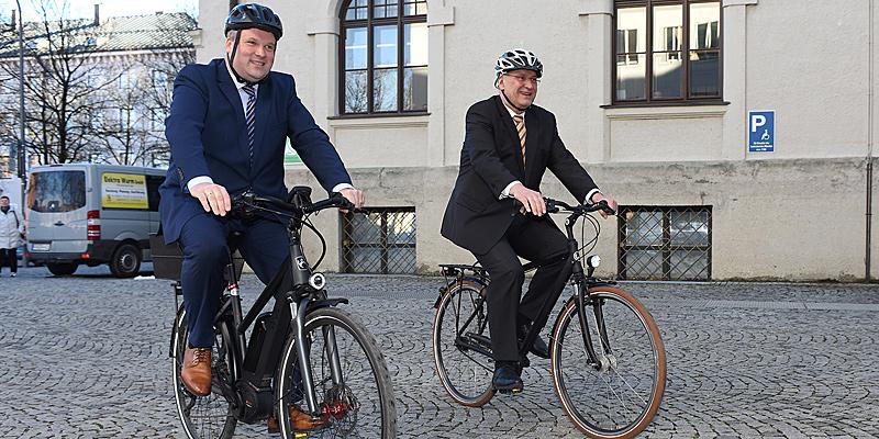 Foto: Volle Fahrt voraus für die erste Radschnellverbindung im Landkreis München: Landrat Christoph Göbel und Innen- und Verkehrsminister Joachim Herrmann am Rande des Pressetermins zur Vorstellung der Machbarkeitsstudie.