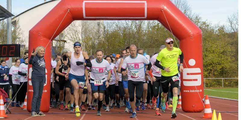 Starteten gemeinsam zum 5- und 10-Kilometer-Lauf: Die Läuferinnen und Läufer des ILM-Laufs.