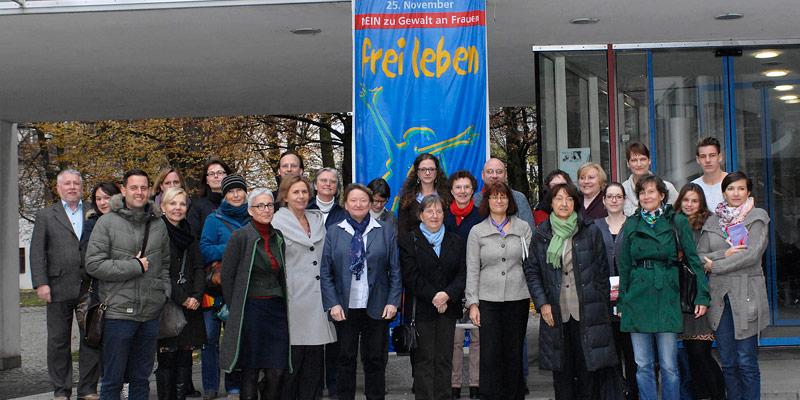Foto: Die Teilnehmer der Veranstaltung setzten gemeinsam ein Zeichen gegen Gewalt an Frauen.