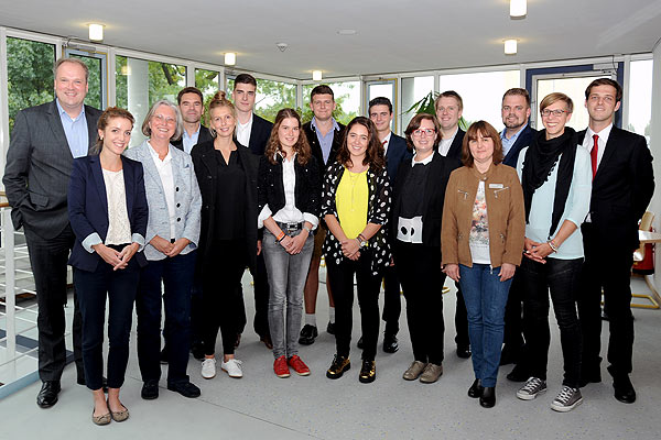 Foto: Landrat Göbel mit den neuen Beamtenanwärtern.