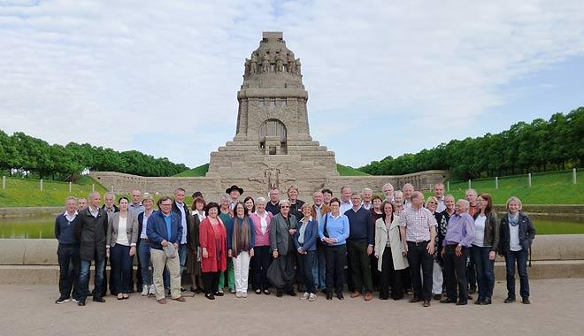 Foto: Delegation vor Denkmal in Leipzig
