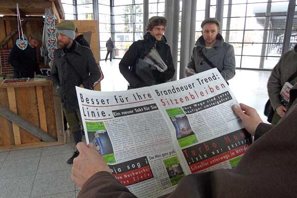 Foto: Ein Mann hält ein Extrablatt in der Hand