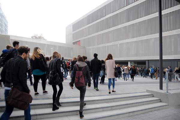 Foto: Schüler gehen in die FOS/BOS