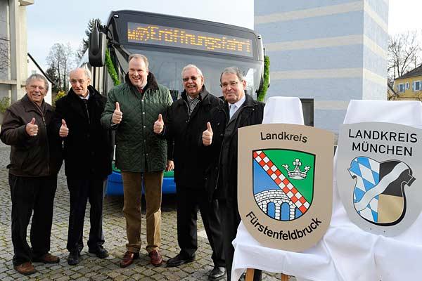 Foto: Fünf Politiker stehen vor einem MVV-Bus