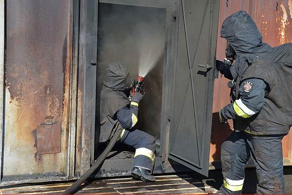 Atemschutzgeräteträger beim Proben im Brandraum