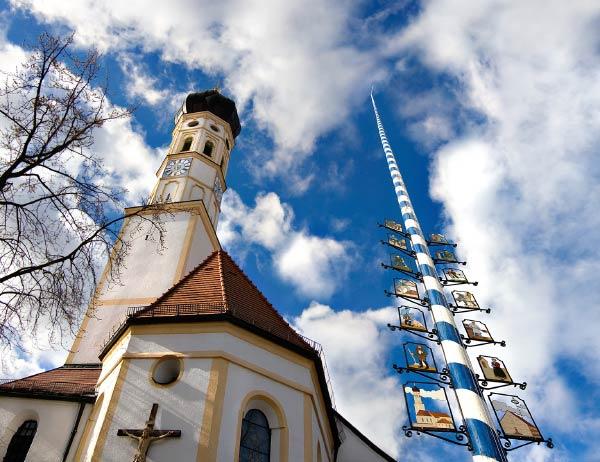 Foto: Maibaum vor der Kirche in Hohenbrunn